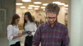 在营业所工作经理的年轻和严肃的人和紧张地保持集中与纸和文件夹 影视素材