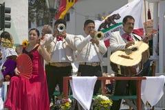 在营业日游行下降状态街道,圣塔巴巴拉,加州,老西班牙天节日, 8月期间,墨西哥流浪乐队结合使用在游行浮游物 免版税库存照片
