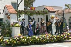 在营业日游行下降状态街道,圣塔巴巴拉,加州,老西班牙天节日, 8月期间,墨西哥流浪乐队结合使用在游行浮游物 图库摄影