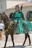 在营业日游行下降状态街道,圣塔巴巴拉,加州,老西班牙天Fiest期间,有绿色西班牙语的妇女穿戴骑乘马 免版税库存照片