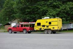 在营地的一辆逗人喜爱的拖车 库存照片
