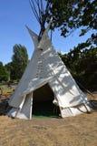 在营地的印地安圆锥形帐蓬,美国 库存照片