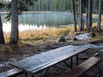 在营地的第一雪 免版税库存图片