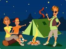在营火的家庭在晚上 免版税图库摄影