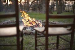 在营火的椅子 免版税库存照片
