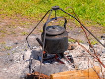 在营火的茶壶 库存照片