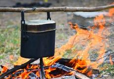 在营火的野营的食物 库存照片