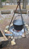 在营火的水壶 库存照片
