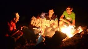 在营火附近的男孩夜 股票录像