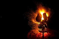 在营火附近的金黄火花漩涡 免版税库存图片
