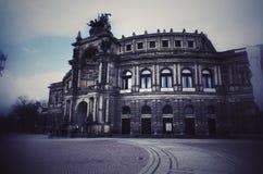 在萨克森德国历史歌剧的Semperoper德累斯顿在黑白用德语在窗口里 库存照片