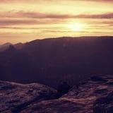 在萨克森的秋天谷的冷的有薄雾的日出 免版税图库摄影