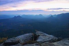 在萨克森的秋天谷的冷的有薄雾的日出 免版税库存照片