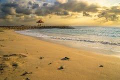 在萨努尔海滩的日出 免版税库存图片