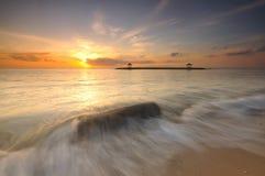 在萨努尔海滩,巴厘岛,印度尼西亚的日出 免版税图库摄影