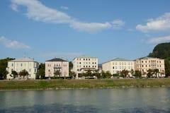 在萨尔察赫河河的大厦在萨尔茨堡在奥地利 免版税图库摄影