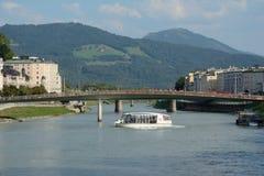 在萨尔察赫河河的客船在萨尔茨堡在奥地利 库存照片
