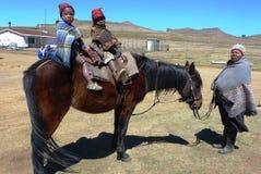 在萨尼通行证,莱索托的未认出的家庭 免版税库存图片