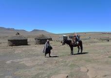 在萨尼通行证,高度的莱索托的未认出的家庭2 874m 库存图片