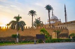在萨拉丁城堡的平衡的步行有在日落天空和参天的雪花石膏穆罕默德・阿里清真寺的一个看法在高后 免版税库存照片