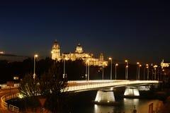 在萨拉曼卡的晚上视图有桥梁和大教堂的 库存图片