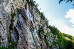 在萨拉热窝附近的瀑布Skakavac 免版税图库摄影
