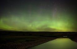 在萨斯喀彻温省河的北极光 库存图片