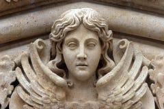 在萨格勒布大教堂门户的天使  图库摄影