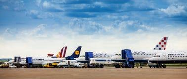 在萨格勒布机场柏油碎石地面的停放的飞机 库存图片