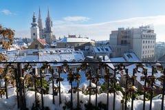在萨格勒布的看法在与雪的冬天期间有对教会和大教堂和篱芭有锁的,萨格勒布塔的看法  免版税库存图片