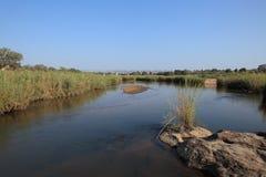 在萨比河,克留格尔国家公园,南非的老火车桥梁 免版税库存图片