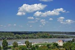 在萨瓦河的贝尔格莱德旅游口岸有Kalemegdan堡垒的和 图库摄影