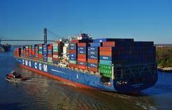 在萨瓦纳河的一只集装箱船 免版税库存照片