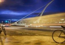 在萨缪尔・贝克特桥梁,都伯林的晚上视图 免版税库存照片