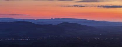 在萨罗普郡小山的暮色天空在英国 库存图片