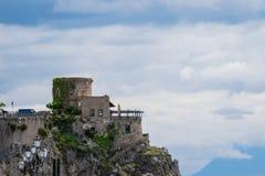 在萨莱诺省的托尔saracena,褶皱藻属,阿马尔菲海岸,Costiera Amalfitana,意大利的区域 库存照片