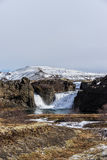 在落入一个小湖的山的瀑布 图库摄影
