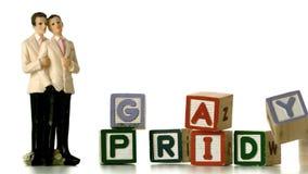 在落和拼写同性恋自豪日的块旁边的快乐新郎蛋糕轻便短大衣 影视素材