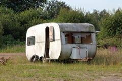 在落寞情况的有蓬卡车 免版税库存图片