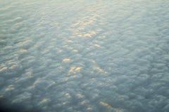 在落日下的多云天空 免版税库存照片