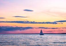 在落日下的航行 不同的颜色空气云彩  库存图片