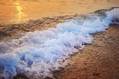 在落日的波浪飞溅 免版税库存图片