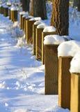 在落日的积雪的系船柱 库存照片