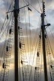 在落日的Sailship杆 免版税库存照片