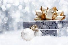 在落的雪的圣诞节礼品 库存照片