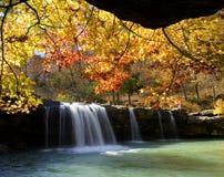 在落的水的秋天颜色下跌,落的水小河, Ozark国家森林,阿肯色 免版税图库摄影