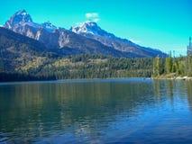 在落矶山脉前面的一个湖 库存图片
