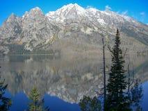 在落矶山脉前面的湖 库存照片
