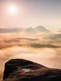 在落矶山脉的上面的意想不到的日出有看法到有薄雾的谷里 库存照片