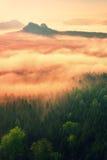 在落矶山脉的上面的意想不到的梦想的日出有看法到有薄雾的谷里 库存照片